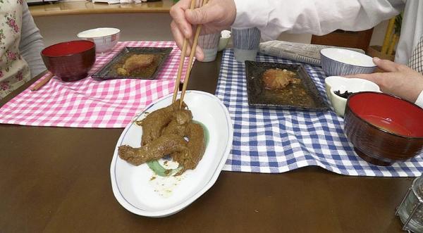 男が女のウンコを食べる画像3