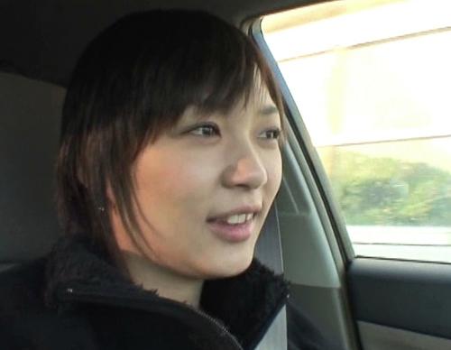 車の中でおしっこ我慢して携帯用トイレを使う女1