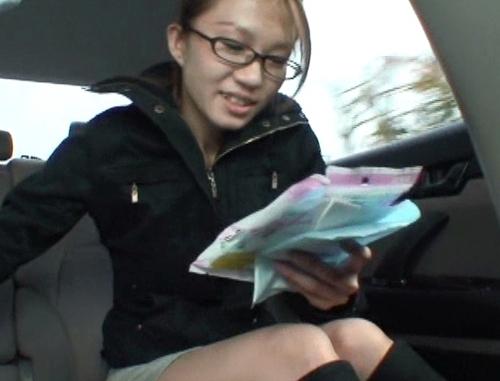 車の中でおしっこ我慢して携帯用トイレを使う女19