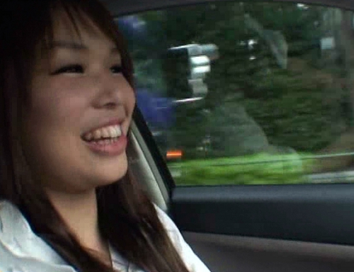 車の中でおしっこ我慢して携帯用トイレを使う女25