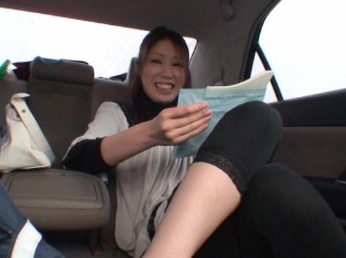 車の中でおしっこ我慢して携帯用トイレを使う女32