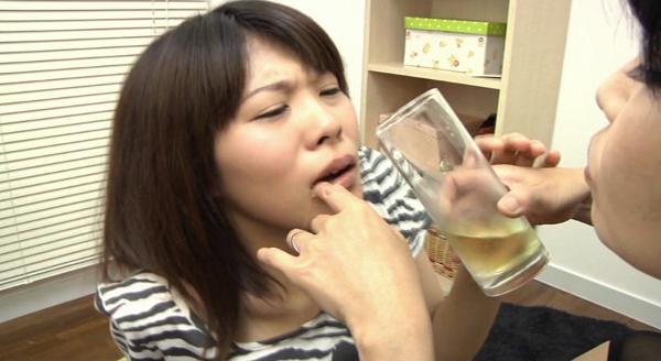 母親が娘にウンコを食べさせる画像8