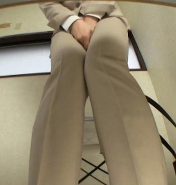 スーツ姿のOLがおしっこ我慢7