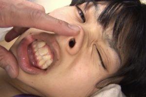 ロリ少女を鼻責め10