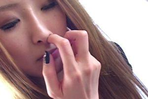 女の鼻クソほじり33