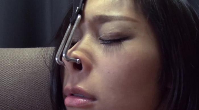 美人や美少女の鼻フック1