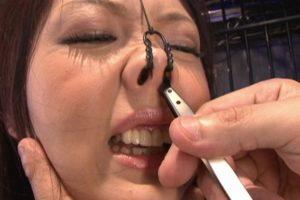 女の鼻毛を抜く1