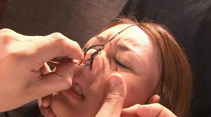 女の鼻毛を抜く3