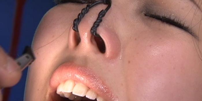 女の鼻毛を抜く6