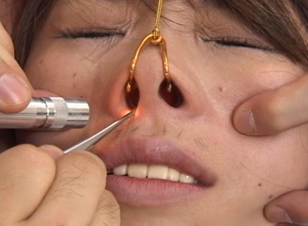 女の鼻毛を抜く8