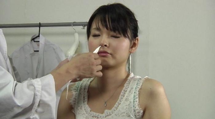 女の鼻を舐める男1
