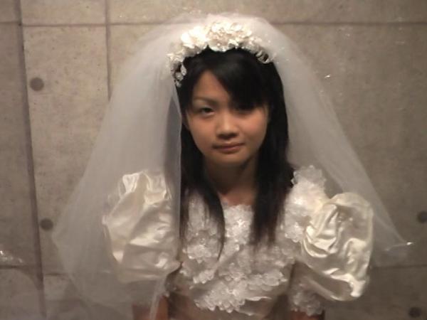 ウエディングドレスの可愛い女の子が食糞17
