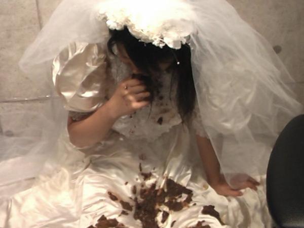 ウエディングドレスの可愛い女の子が食糞18