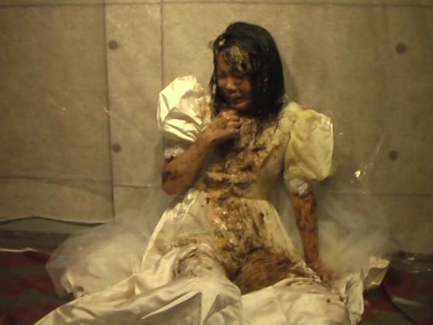 ウエディングドレスの可愛い女の子が食糞21