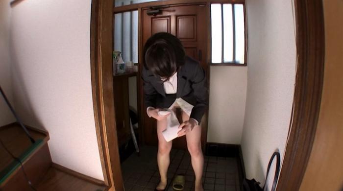 トイレを借りに来た女性がオシッコを我慢できずにお漏らし49
