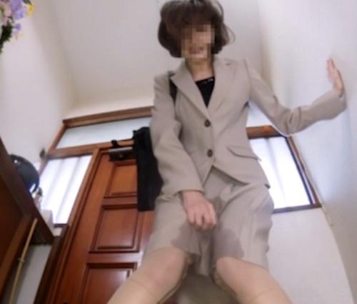 トイレを借りに来た女性がオシッコを我慢できずにお漏らし41