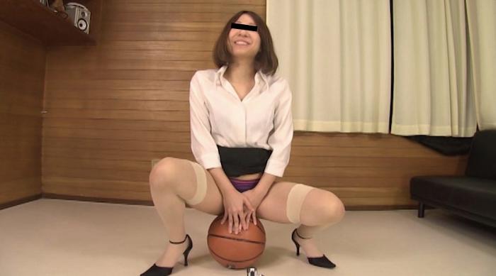 ボールの上でオシッコ我慢する女性60