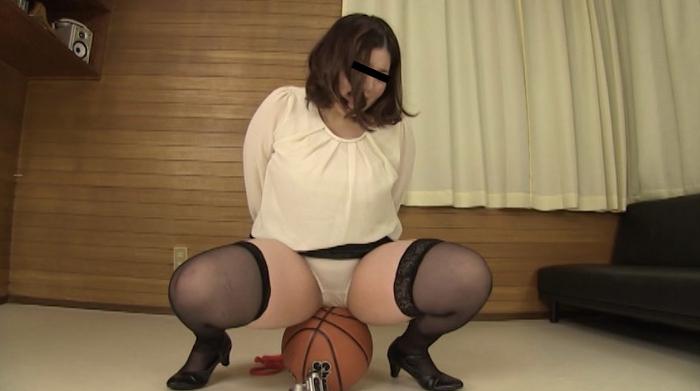 ボールの上でオシッコ我慢する女性62