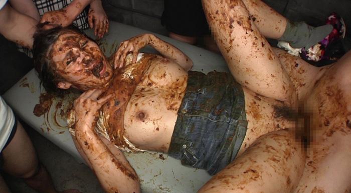 スレンダー人妻が男のウンコを食べながらセックス17