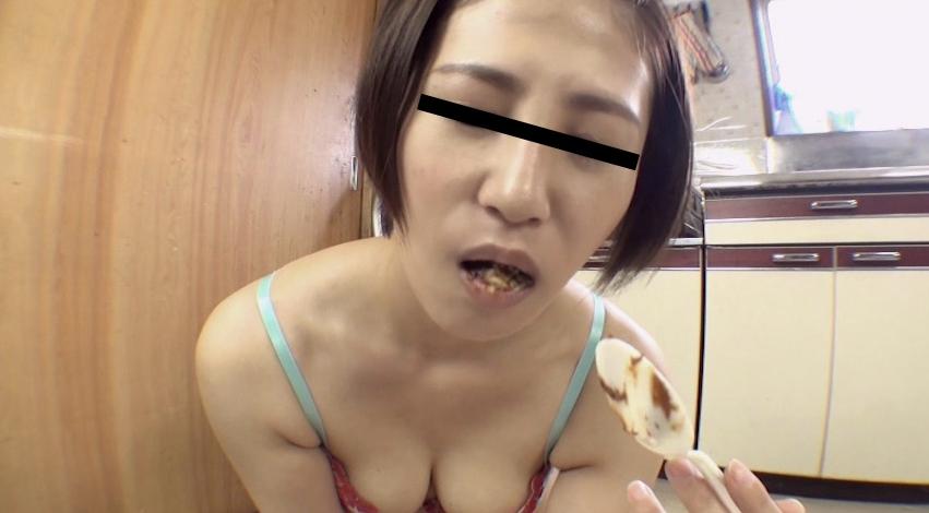 可愛い女の子が自分のウンコを食べる28