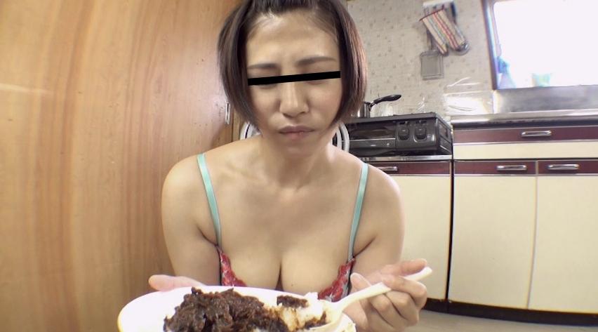 可愛い女の子が自分のウンコを食べる29
