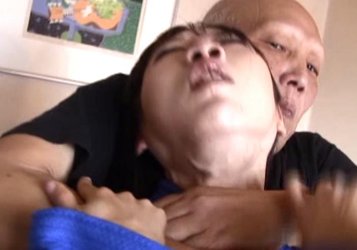 男が女子柔道家の首を締める21