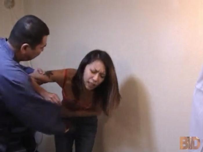 ギャル女の腹をパンチする男15