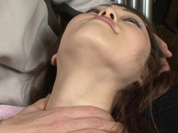 女の柔らかい首を締める23
