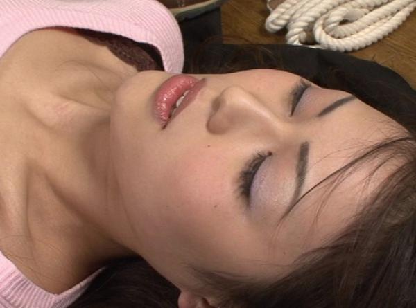 女の柔らかい首を締める24