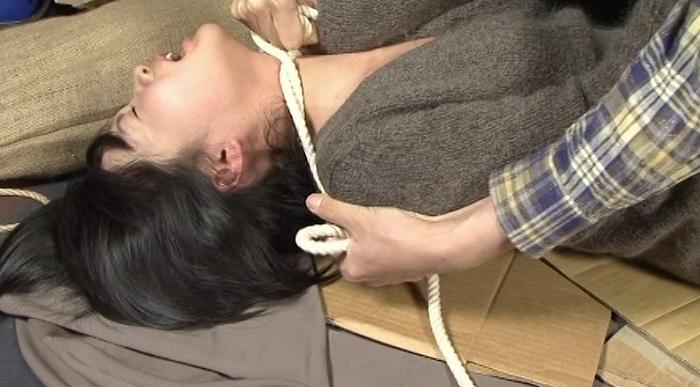 女性がロープ、紐、ゴムチューブ、革手袋で首を締められる19