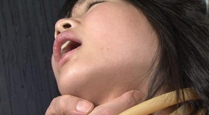 女性がロープ、紐、ゴムチューブ、革手袋で首を締められる29