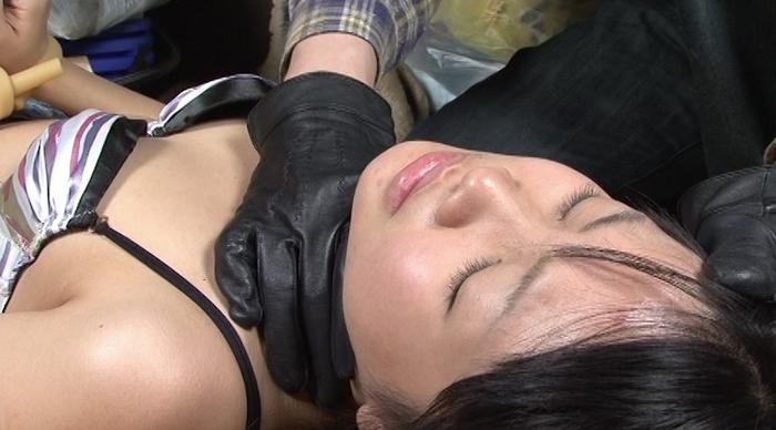 女性がロープ、紐、ゴムチューブ、革手袋で首を締められる33
