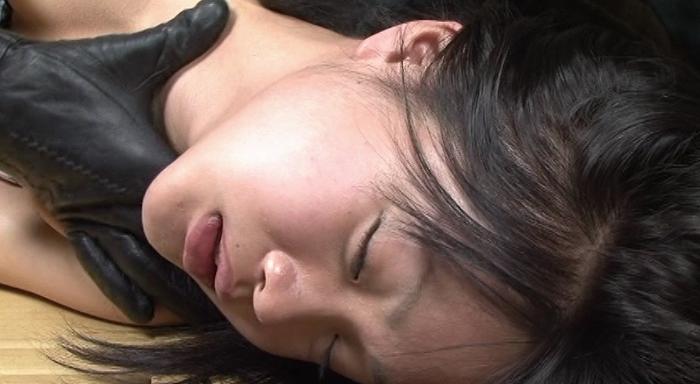 女性がロープ、紐、ゴムチューブ、革手袋で首を締められる34