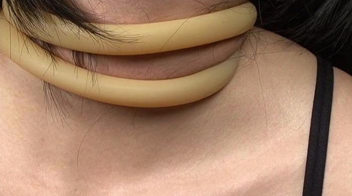 女性がロープ、紐、ゴムチューブ、革手袋で首を締められる30