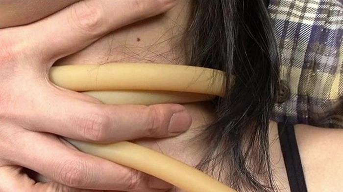 女性がロープ、紐、ゴムチューブ、革手袋で首を締められる31