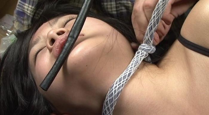 女性がロープ、紐、ゴムチューブ、革手袋で首を締められる25