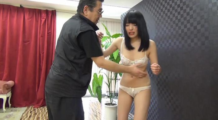 黒髪美少女を腹パンチ24