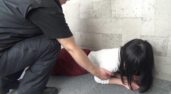 黒髪美少女を腹パンチ17