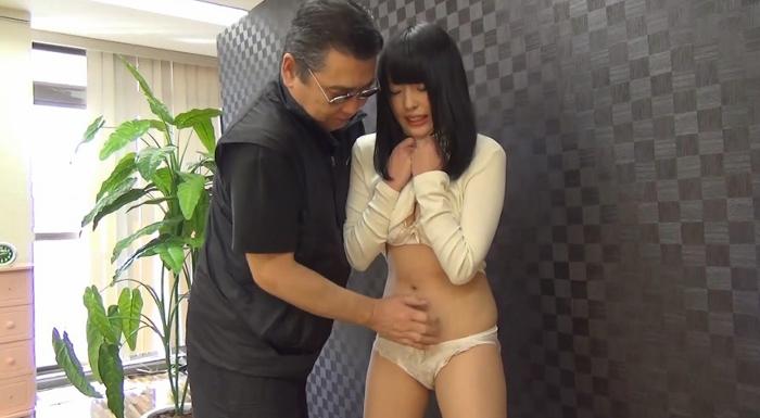 黒髪美少女を腹パンチ22