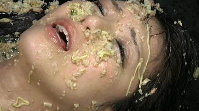 女の子が拘束されてイマラチオ嘔吐31