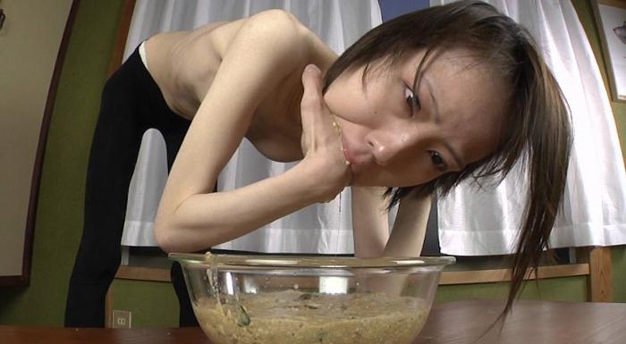 女性が自分の指を口に入れて嘔吐して食べる24