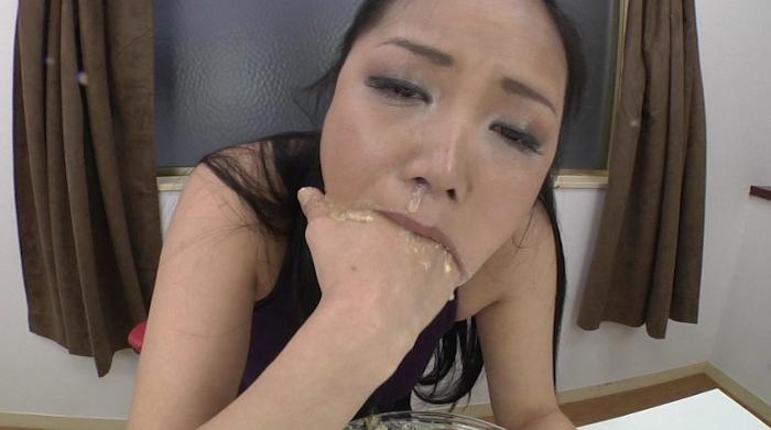 女性が自分の指を口に入れて嘔吐して食べる27