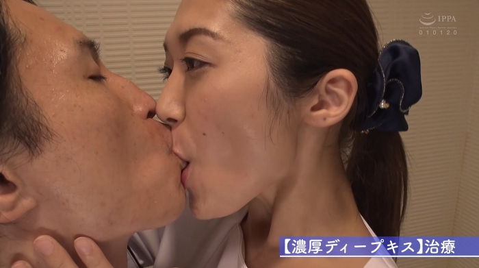 歯医者で歯科衛生士の女性にディープキスされながら治療35