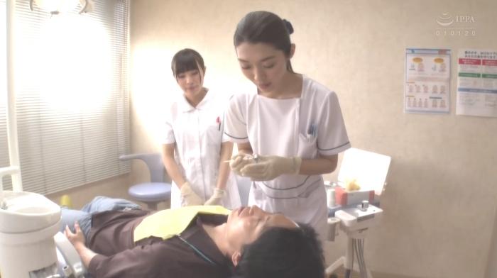 歯医者で歯科衛生士の女性にディープキスされながら治療21