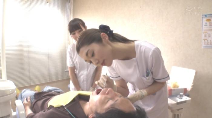 歯医者で歯科衛生士の女性にディープキスされながら治療22