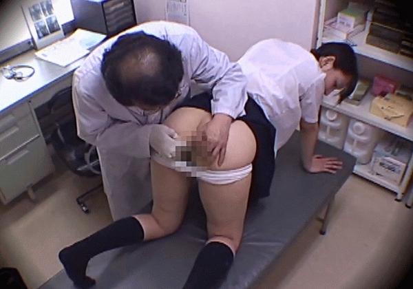 女子高生が肛門科で診察される29