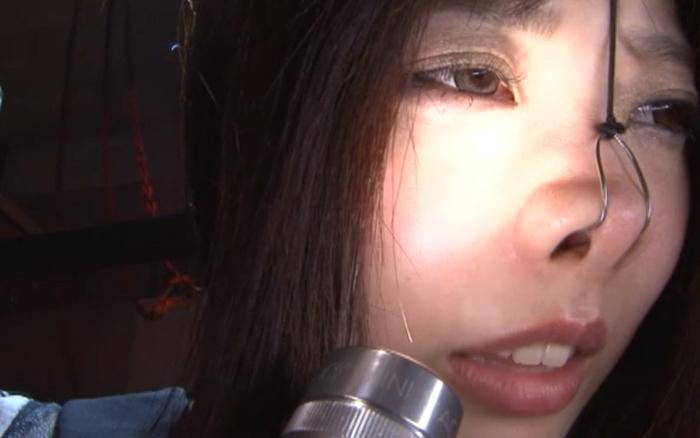 女の鼻毛を抜く11
