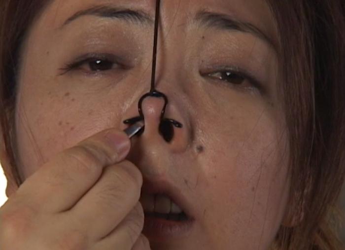 女の鼻毛を抜く21