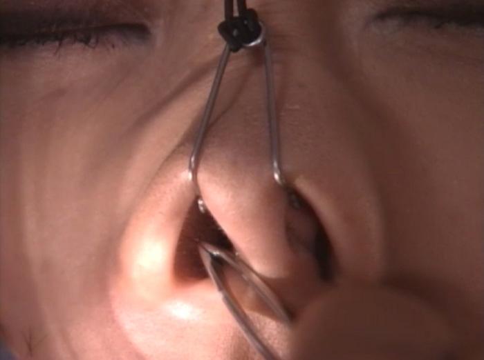 女の鼻毛を抜く15