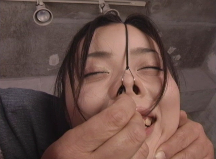 女の鼻毛を抜く17